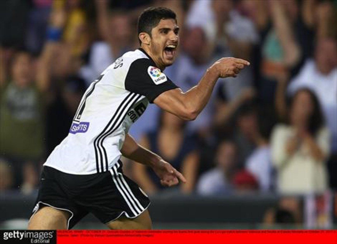 Guedes celebra el primer gol del Valencia al Sevilla, ayer, en Mestalla.