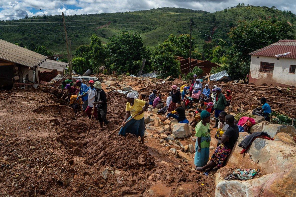 Pobladores de Mozambique realizan labores de rescatetras en paso del ciclónIdai.