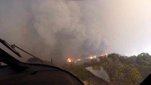 Un helicóptero despega tras realizar un rescate en la zona de Malibú, una de las afectadas por las llamas.