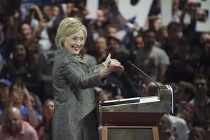 TVA995. FILADELFIA (EE.UU.), 26/04/2016.- La precandidata presidencial demócrata a la Presidencia de Estados Unidos, Hillary Clinton, saluda a sus simpatizantes hoy, martes 26 de abril de 2016, durante un evento de campaña en el Centro de Convenciones de Pensilvania, en Filadelfia (EE.UU.). La ex secretaria de Estado Hillary Clinton se anotó hoy otra victoria en las primarias del Partido Demócrata en el noreste de EE.UU. al conquistar el estado de Pensilvania, según las proyecciones de los principales medios estadounidenses. EFE/Tracie Van Auken