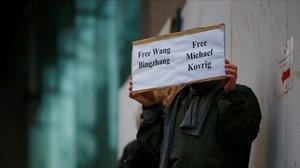 Un hombre pide en Vancouver la liberación de Michael Kovrig.
