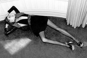 Imagen del anuncio de Yves Saint Laurent que ha sido prohibido por las autoridades británicas, en el que aparece una modelo anoréxica.