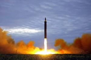 Imagen distribuida por Pionyang el pasado 30 de agosto del lanzamiento de un misil de alcance medio.