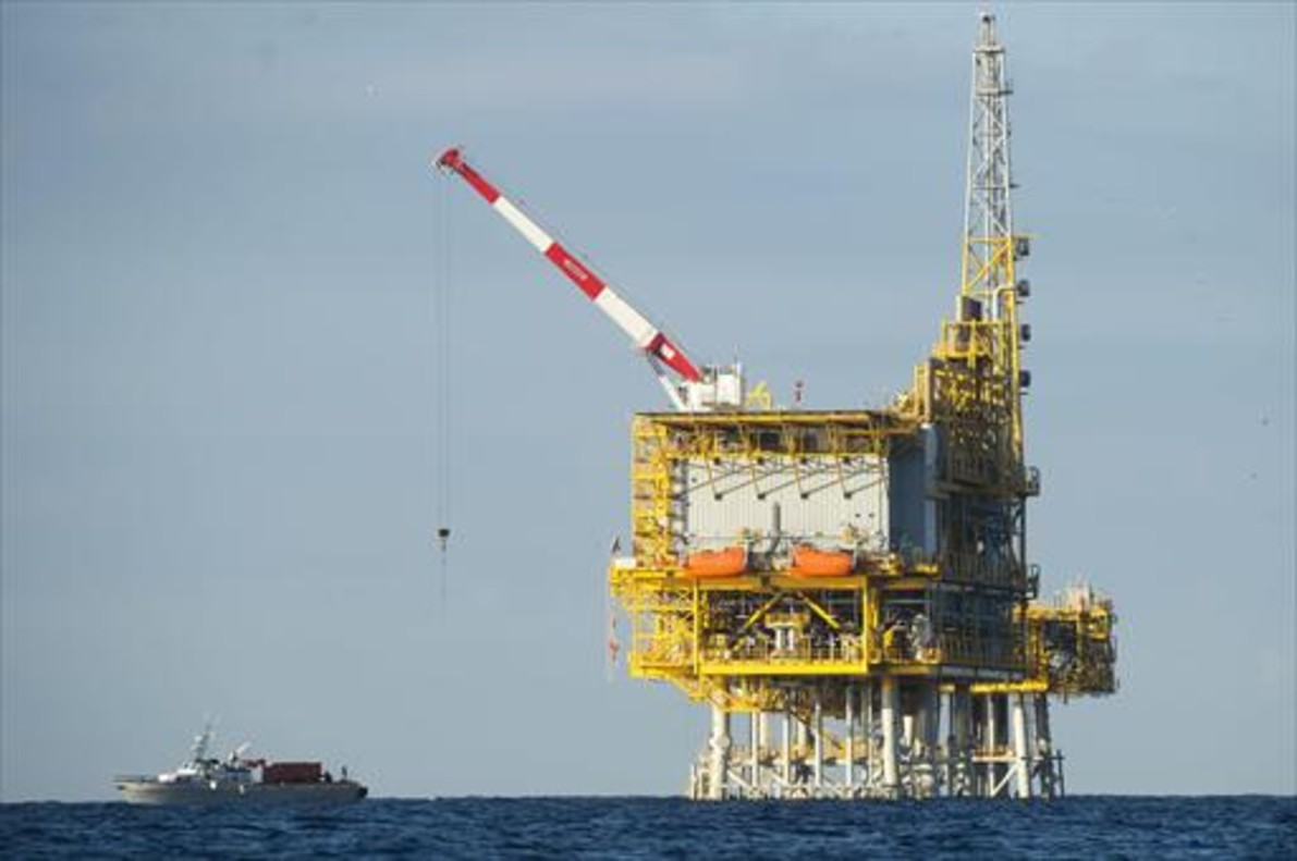 Imagen de la plataforma Castor, custodiada por un buque.