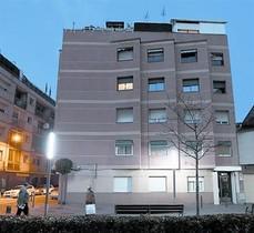 Un inmueble con pisos vacíos de bancos, en Mollet del Vallès.