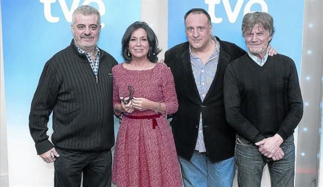 Isabel Gemio, con los humoristas Millán Salcedo, Fernando Albizu y Eloy Arenas, en la presentación del show.