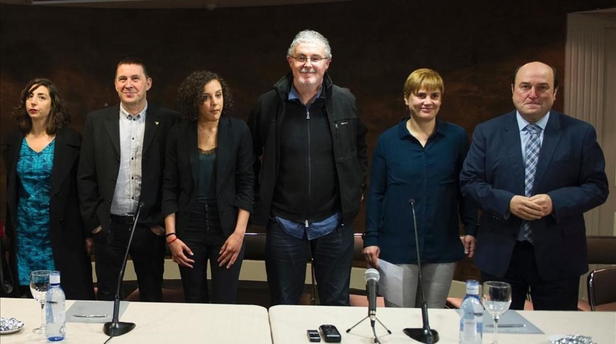 Isabel Salud (Ezker Anitza), Arnaldo Otegi (EH Bildu), Nagua Alba (Podemos), Txiki Muñoz(ELA), Ainhoa Etxaide (LAB) y Andoni Ortuzar (PNV), posan este miércoles tras la rueda de prensa que han ofrecido a favor del desarme de ETA.