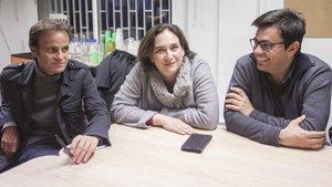 Jaume Asens, Ada Colau y Gerardo Pisarello, siguiendo la noche electoral.