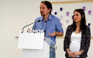 Pablo Iglesias e Irene Montero, al anunciar que consultarían a las bases de Podemos si debían dimitir.