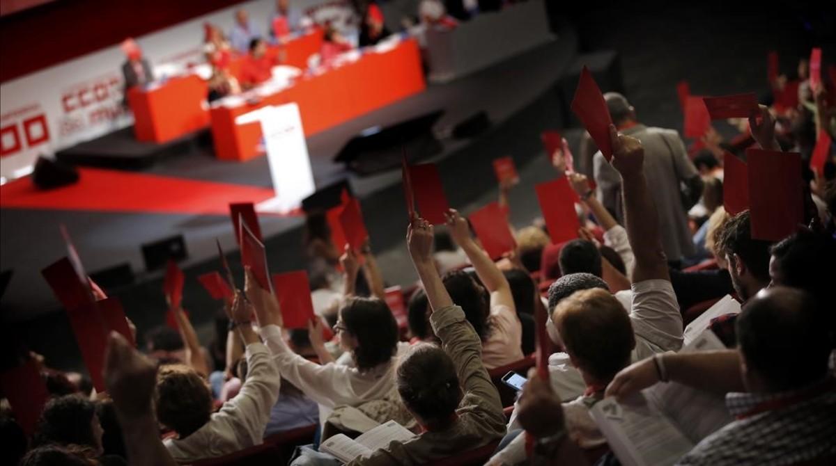 Los delegados del congreso de CCOO votan a mano alzada.
