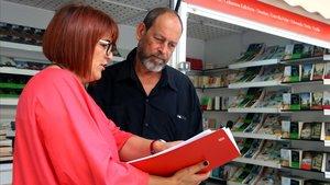 Joan Sala y Montse Ayats, este viernes en uno de los 'stands' de la Fira del Llibre en Català
