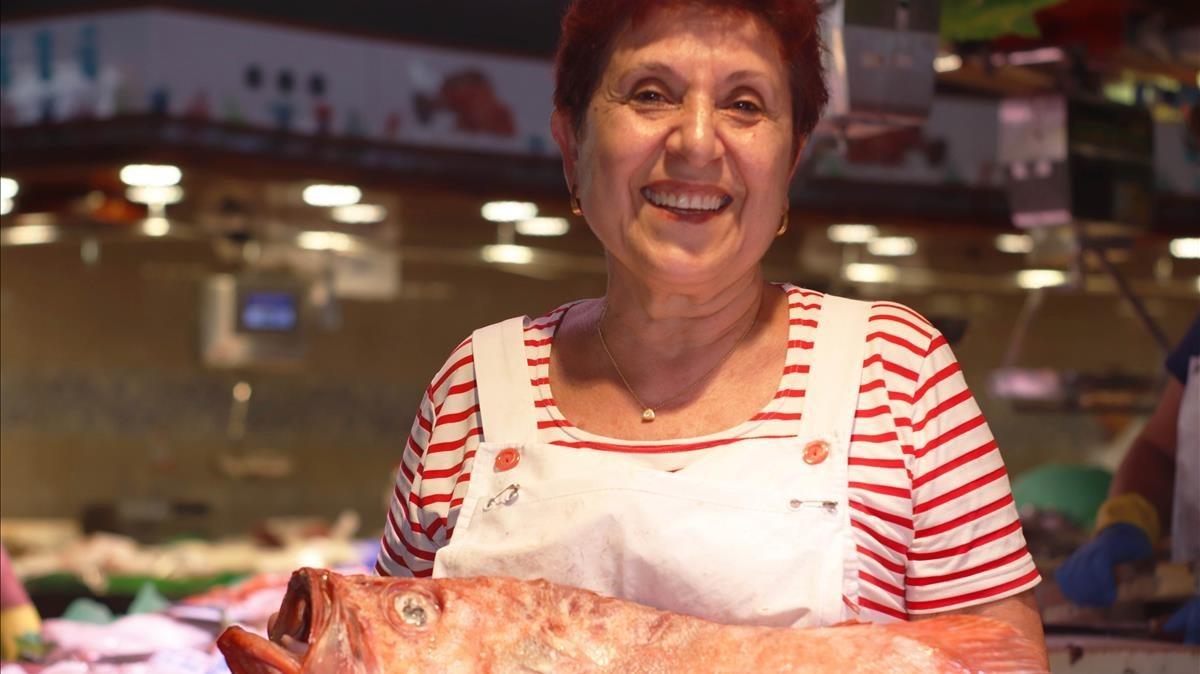 En Jolis, en la Boqueria, Magda Soria vende pescado y