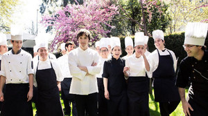 Jordi Cruz con su equipo de cocineros.