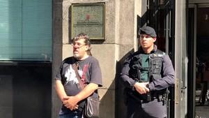 Jordi Pesarrodona, junto a un guardia civil que monta guardia ante la Conselleria de Governació mientras se lleva a cabo el registro, el pasado 20 de septiembre.