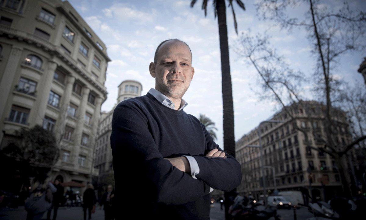 Juan Pablo Cardenal, autor de 'La telaraña. La trama exterior del procés', en Barcelona, este lunes.