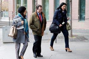 GRAF3943. L'HOSPITALET DE LLOBREGAT (BARCELONA), 03/02/2018.- El magistrado Juan Antonio Ramírez (c), a su llegada al juzgado. El juez que investiga los preparativos del 1-O practica hoy los primeros interrogatorios del caso en sede judicial, con la declaración de dos testigos que, ante la Guardia Civil, situaron a Carles Puigdemont y Oriol Junqueras en reuniones técnicas para organizar el referéndum. EFE/Marta Pérez