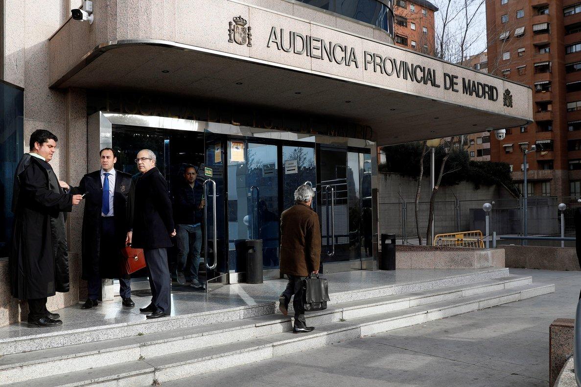 GRAF9350. MADRID, 18/02/2019.- El abogado de los acusados Ramón González Bosch (d) a su llegada a la Audiencia Provincial que aborda la recta final del juicio de seis acusados por el supuesto espionaje cometido en 2008 a cargos políticos del PP enfrentados a la entonces presidenta de la Comunidad madrileña, Esperanza Aguirre, tras las conclusiones definitivas y los informes de las partes y el turno de última palabra de los procesados. EFE/J.J. Guillén