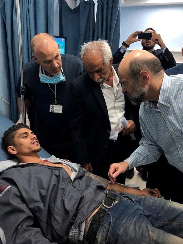 Elprimer mnistro de Jordania Omar al-Razzazvisita a un herido en un hospital en Amman.