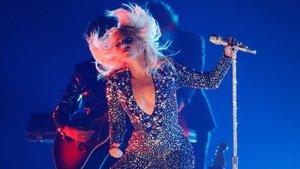 Lady Gaga cau amb un fan durant un concert a Las Vegas