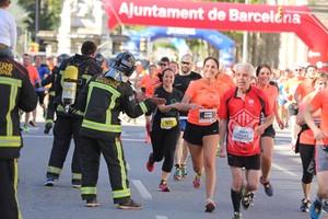 Los bomberos animan a los participantes populares en su carrera.