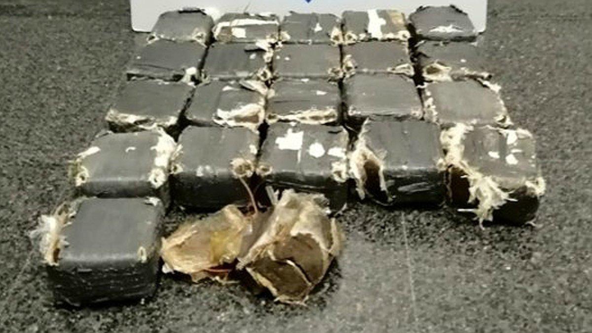 Los 21 envoltorios que contienen más de 13 kilos de hachís hallados en una playa de Mont-roig del Camp tras el paso de la borrasca 'Gloria'.