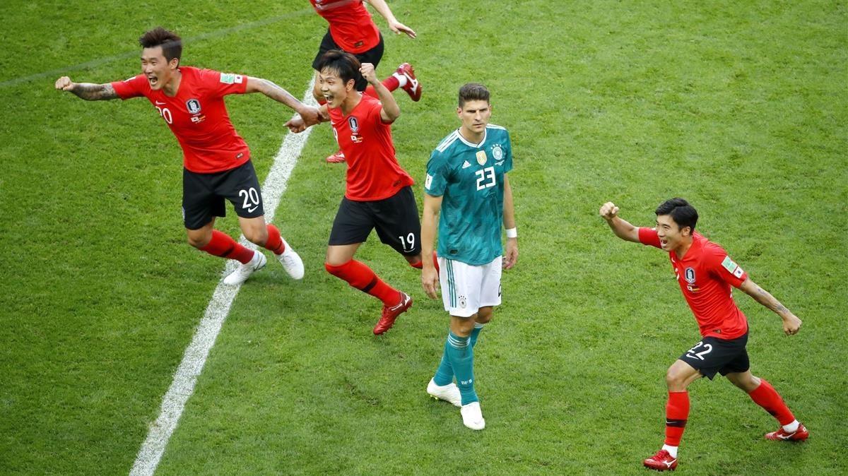 Los jugadores surcoreanos celebran el triunfo sobre Alemania ante un desolado Mario Gómez.