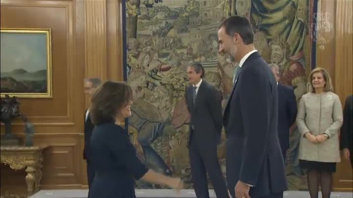 Tras jurar su cargo como ministros, han saludado uno a uno al rey Felipe VI en el acto llevado a cabo en el Palacio de la Zarzuela.