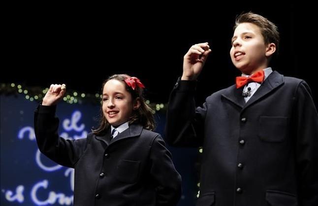 Los ninos cantores de San Ildefonso muestran las bolas con el segundo premio del sorteo extraordinario de la loteria de Navidad.