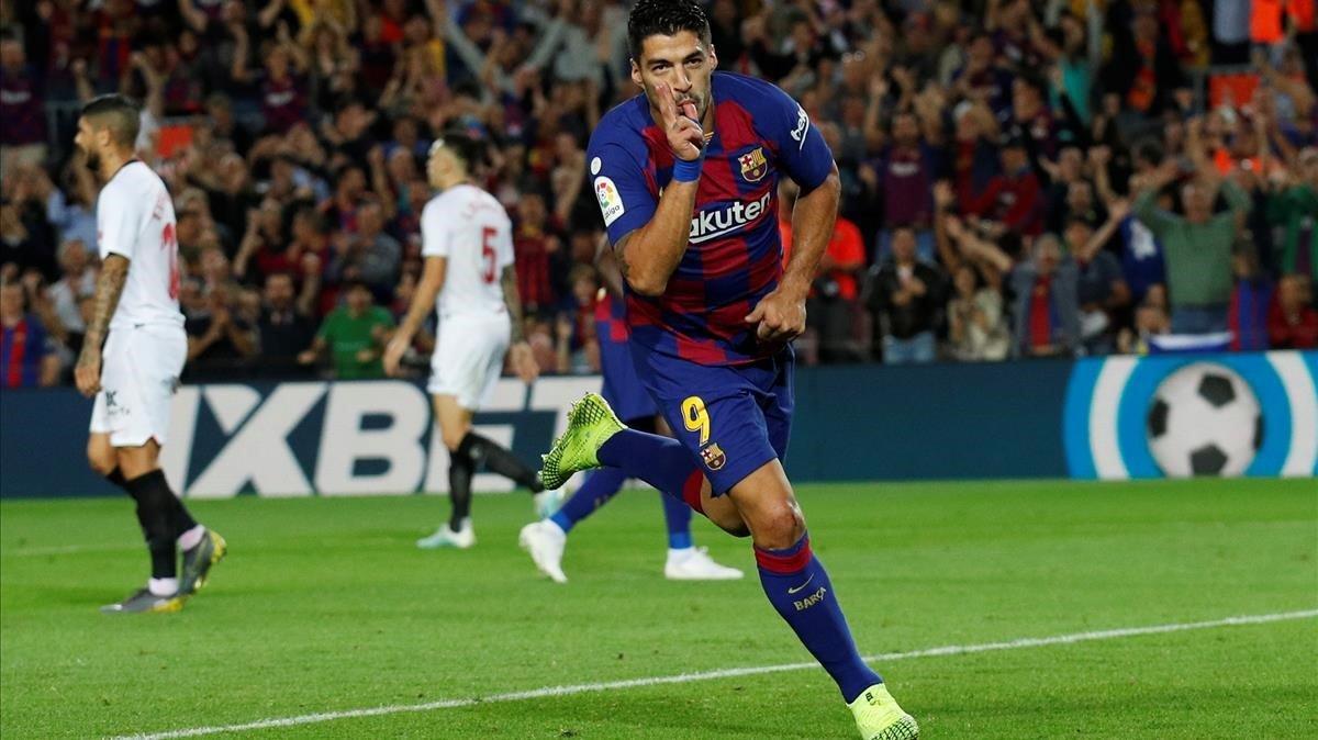 Luis Suárez celebra su gol en liga ante el Sevilla en el Camp Nou.
