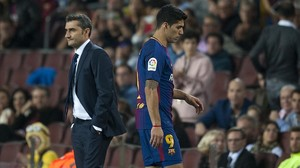 Luis Suárez se cruza cabizbajo con Valverde al ser sustituido.