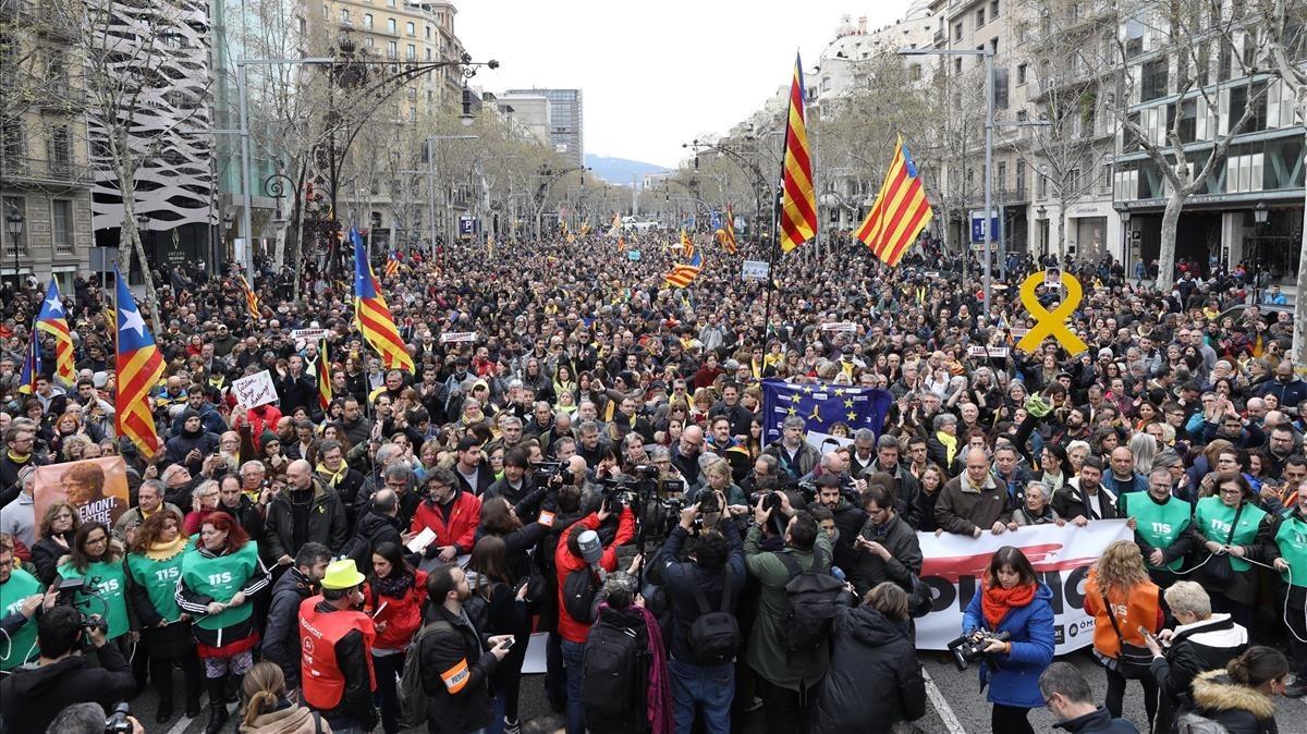 Manifestación de la ANC y Òmnium contra la detención de Puigdemont en Barcelona, este domingo.