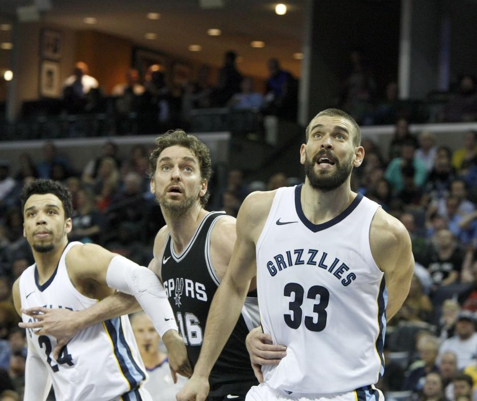 Marc y Pau Gasol, durante el último enfrentamiento nentre los Spurs y los Grizzlies.