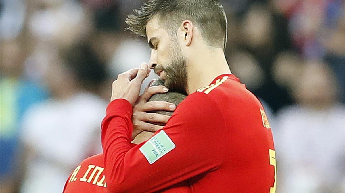 Piqué consuela a Iniesta tras la eliminación de España en Moscú.
