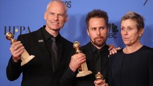 Martin MdDonagh, Sam Rockwell y Frances McDormand, con sus premios al mejor guión, actor secundario y a mejor actriz por 'Tres anuncios en las afueras'