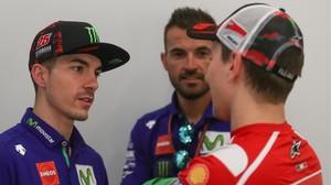 Maverick Viñales conversa, en Catar, con Jorge Lorenzo.