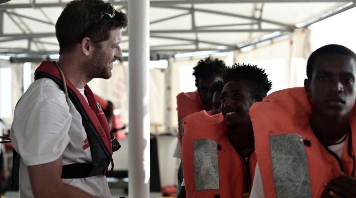 El médico David Beversluis, de MSF, habla con los inmigrantes.