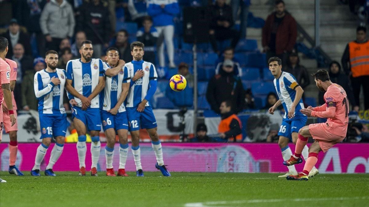 Messi, ejecutando una falta magistral en el RCDE Stadium.