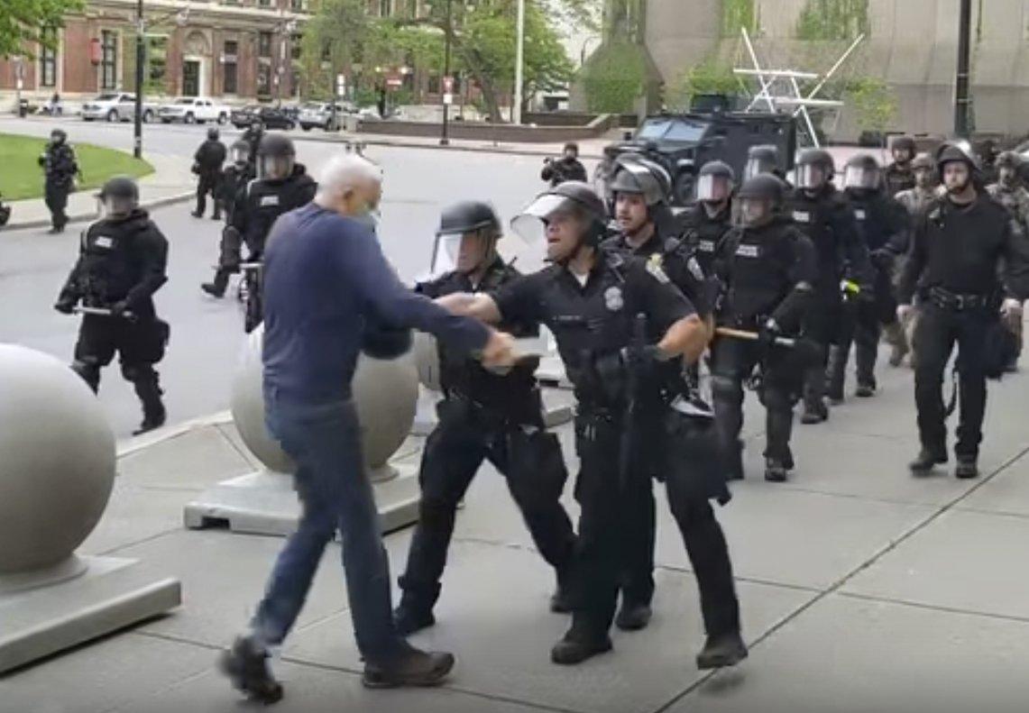 Momento en que varios agentes empujan al anciano en la plaza Niagara de Buffalo.