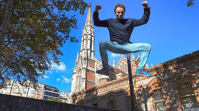 Martínez interpreta un rap en la calle y nos presenta el monólogo Mal Martínez, humor i hòsties.