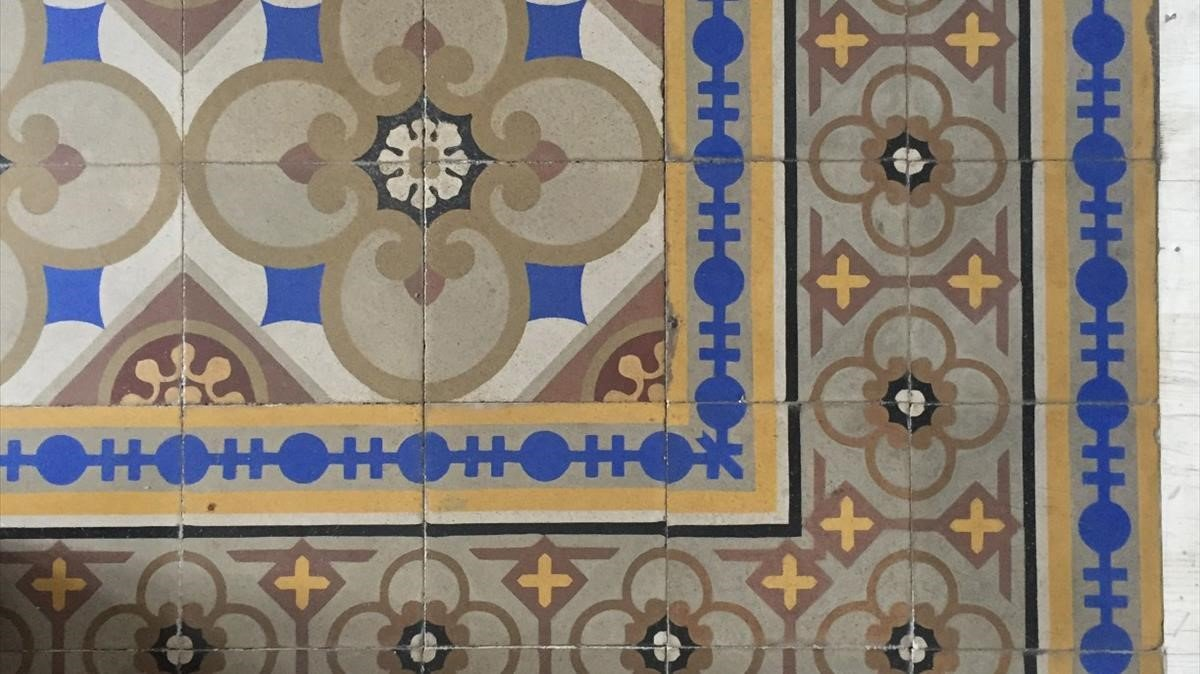 Mosaico hidráulico en la calle Fraternitat, 24, de Gràcia.