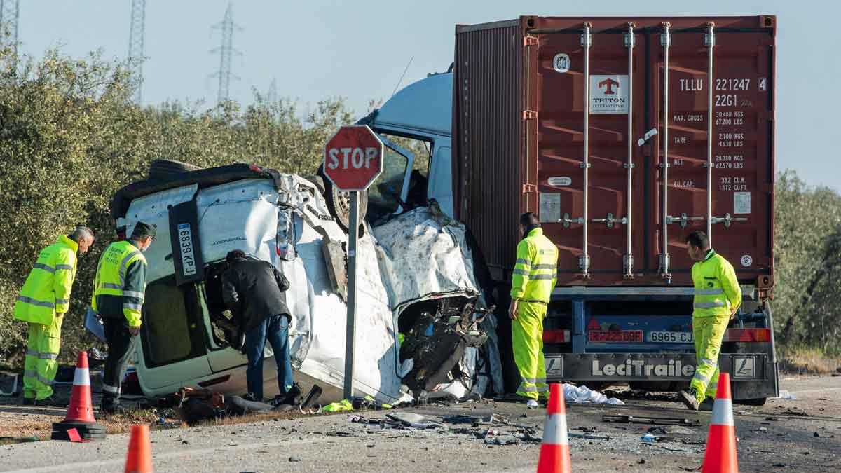 Mueren cinco operarios al chocar un camión y su furgoneta en Utrera (Sevilla).