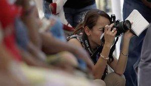 Mujer periodista realizando su trabajo profesional.