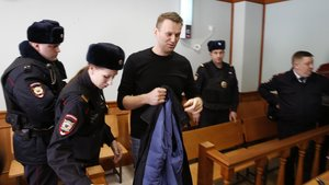 FET52 MOSCÚ (RUSIA) 30/03/2017.- El líder opositor ruso, Alexéi Navalni (c), asiste a una audiencia en el Tribunal de Moscú (Rusia) hoy, 30 de marzo de 2017. El Tribunal estudia la legalidad del arresto administrativo de 15 días a Nalvani tras oponer resistencia a las fuerzas policiales durante una manifestación no autorizada en Moscú el pasado 26 de marzo. EFE/Sergei Ilnitsky