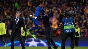 Neymar disfruta con Luis Enrique tras el paso a los cuartos de final de la Champions en el Camp Nou.