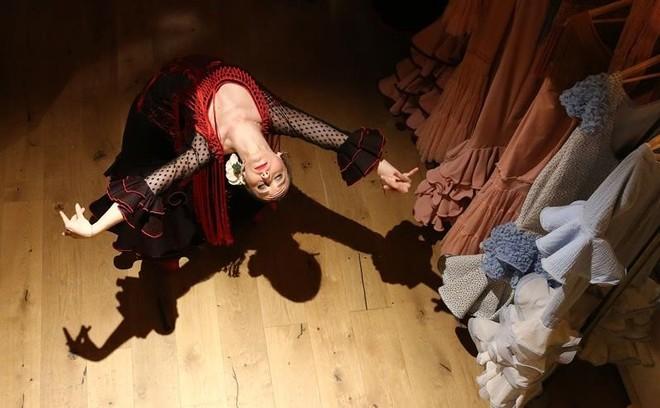 Claudia Martinell, del dúo Vulcano, bailando en la entrada de la tienda de Sant Pere Mitjà, 69.