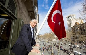 Ömer Önhon en el consulado de Turquía en Barcelona.