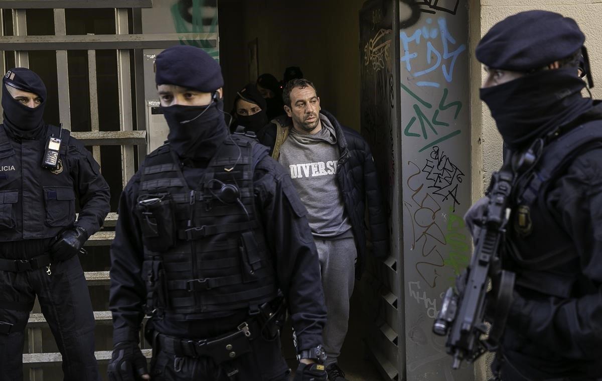 Uno de los detenidos por los Mossos, en la operación contra un grupo de carteristas que querían cometer un atentado.