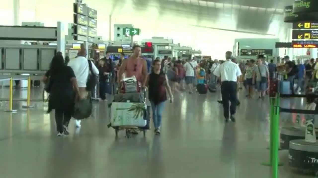 Operación retorno en la T-1, terminal del aeropuerto de El Prat.