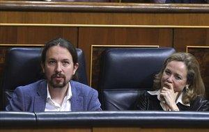 Pablo Iglesias junto a Nadia Calviñoen un pleno del Congreso.