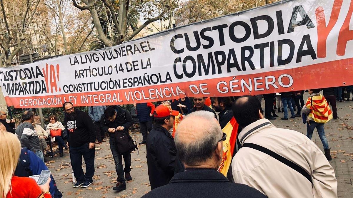 Pancarta contra la custodia compartida en una marcha constitucionalista en Barcelona, este viernes.